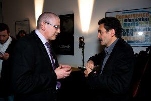 Andreas Sidler (doyen du département comem+) et Edwy Plenel en marge du débat