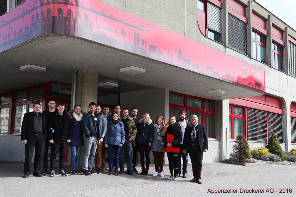 Photo de groupe devant l'Appenzeller Druck AG